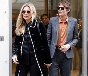 Кейт Мосс в жакете за 4 тысячи фунтов сводила любимого в ювелирный магазин