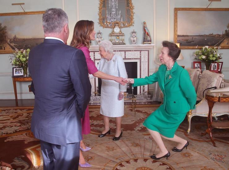 Королева Рания здоровается спринцессой Анной