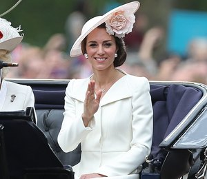 Настоящая принцесса: Кейт Миддлтон вышла в свет в кружевном платье в пол