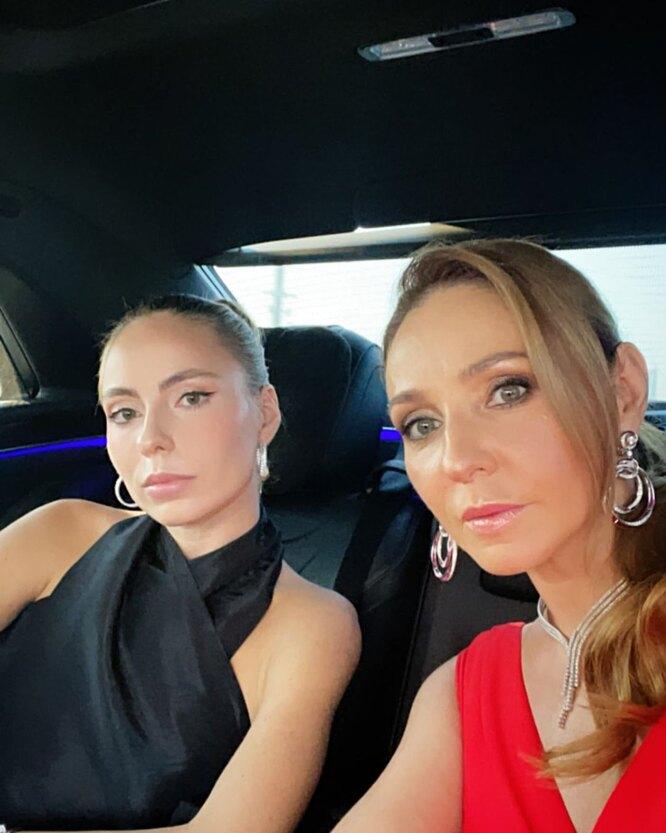 Татьяна Навка едет на мероприятие с дочерью Сашей