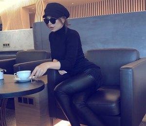 Ани Лорак в ковбойских ботинках и кепи позировала на черном диване
