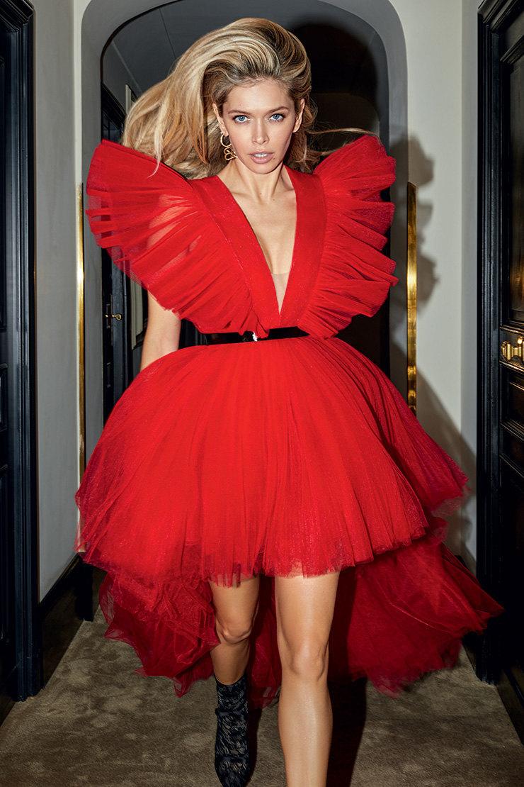 На Вере: платье изхлопка, шелка иполиэстера, ремень изкожи имеди, серьга изцинка, латуни истекла — все Giambattista Valli x H&M