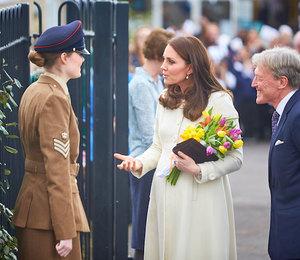 По карману: Герцогиня Кэтрин в пальто за $100 побывала в Оксфорде