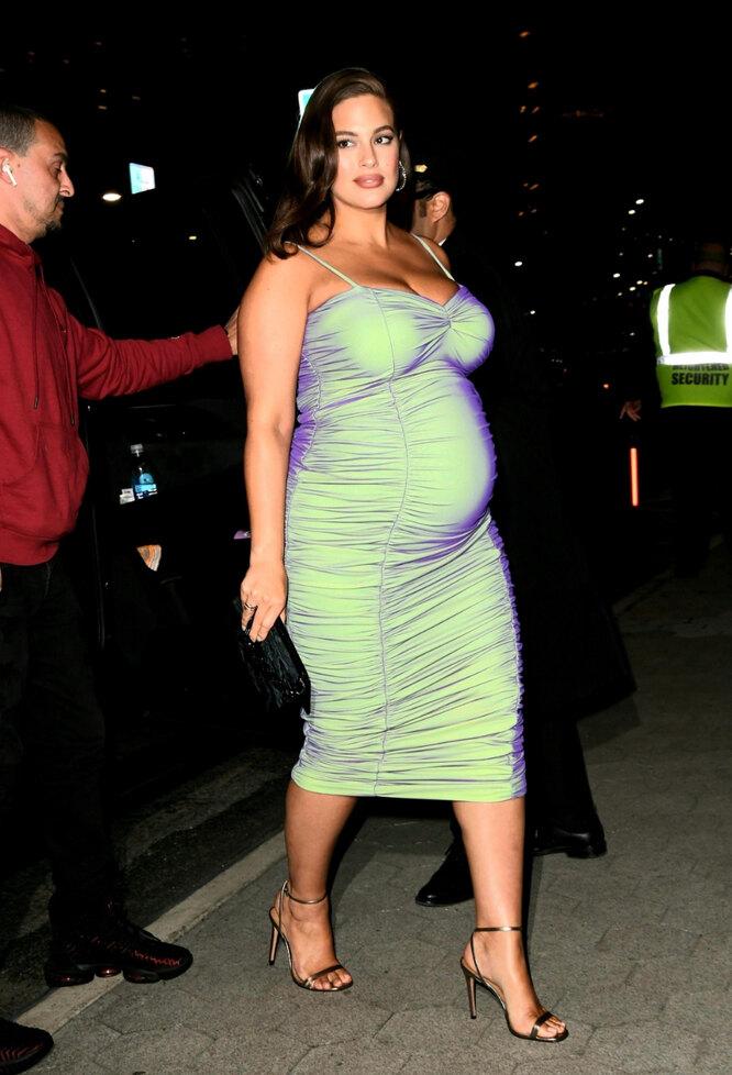 Беременная Эшли Грэм надела облегающее платье-хамелеон