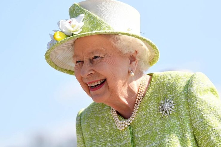 Королева Елизавета II покормила лошадей