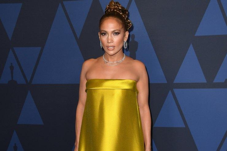 Джей Ло взолотом платье обнажила изящные плечи испину