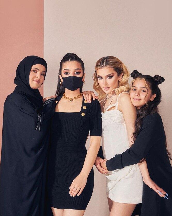 Дина Саева с семьей