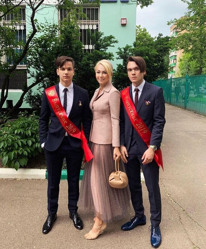 Яна Рудковская с сыновьями Андреем и Николаем