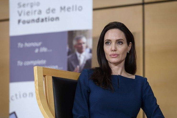 Восковая кукла: Фанаты разочарованы застывшим отботокса лицом Анджелины Джоли