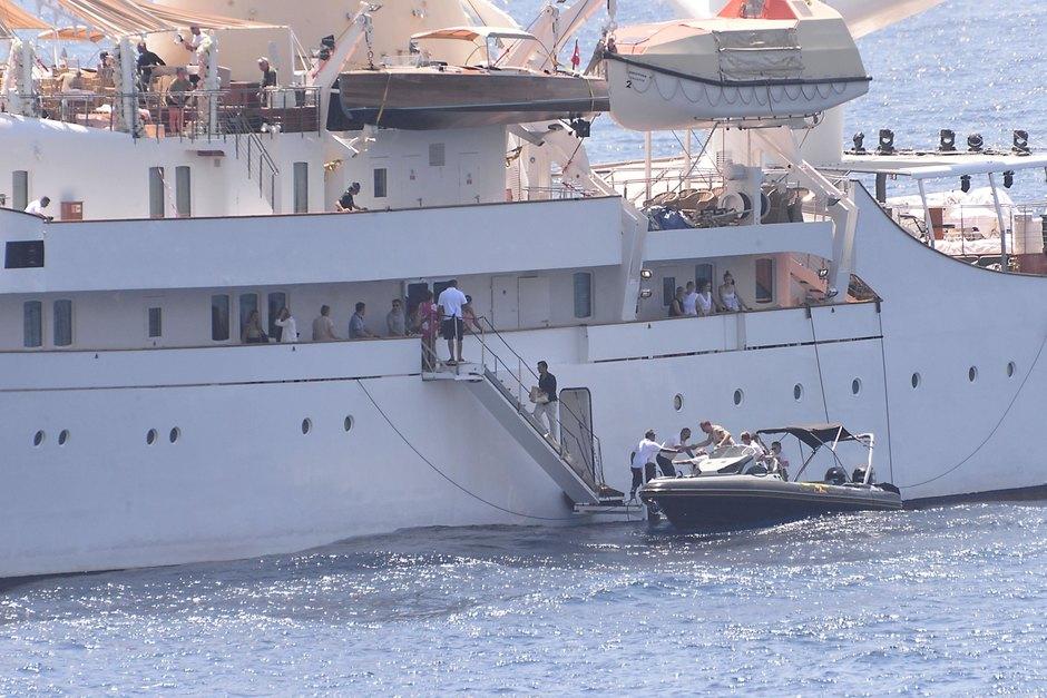 Яхта, накоторой пара устроила торжество