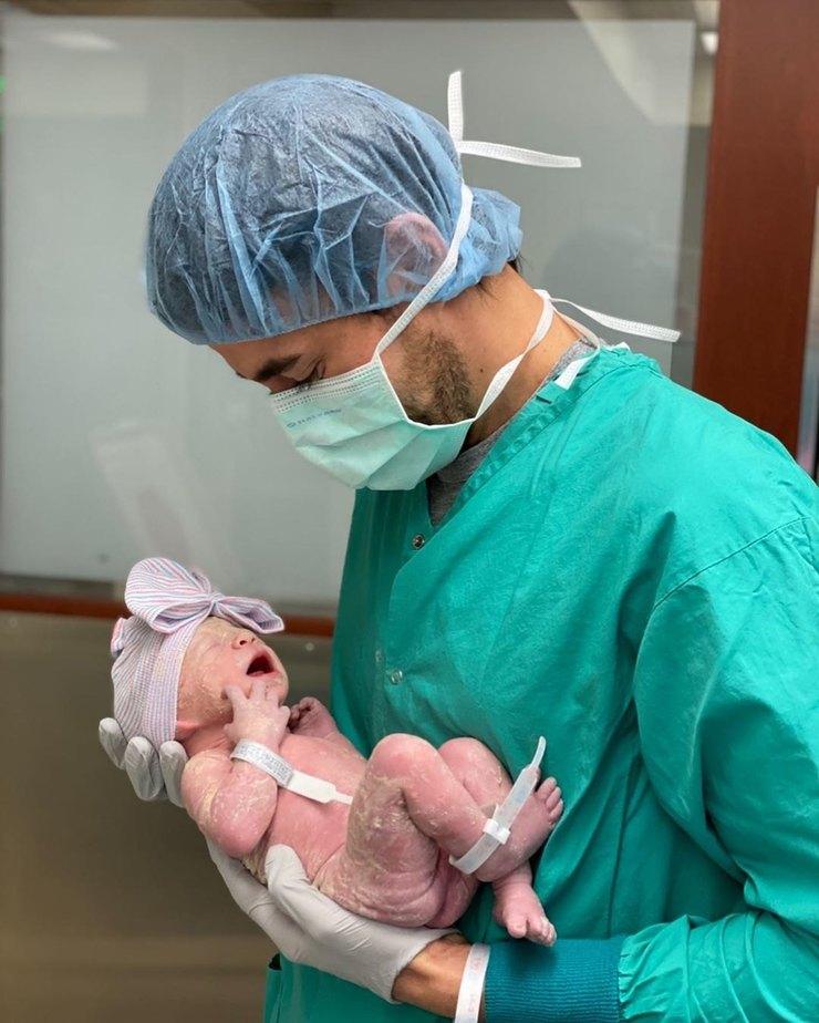 Энрике впервые показал новорожденного малыша