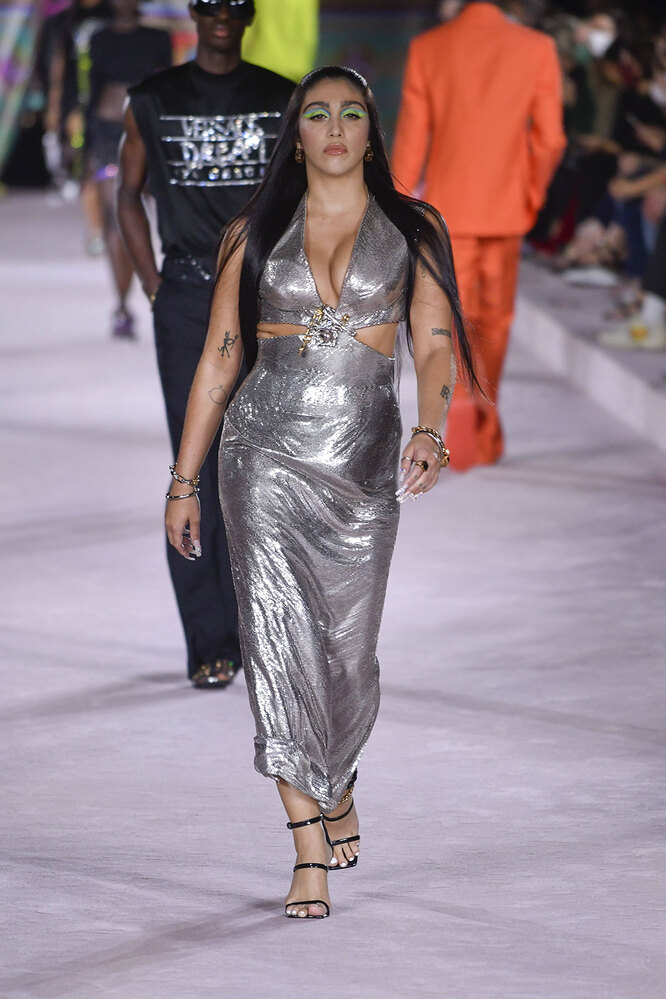 Лурдес Леон на показе Versace в 2021 году