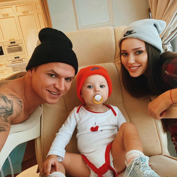 Дмитрий Тарасов ссупругой Анастасией идочерью
