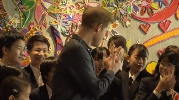 Принц Гарри навстрече сЯпонскими школьниками
