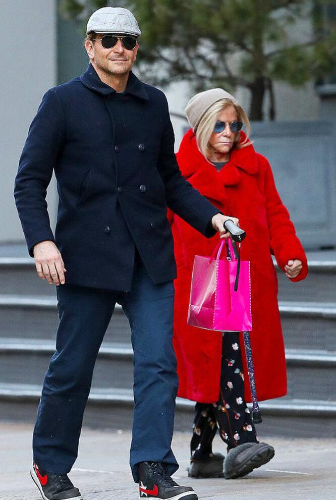 Брэдли Купер с матерью в Нью-Йорке