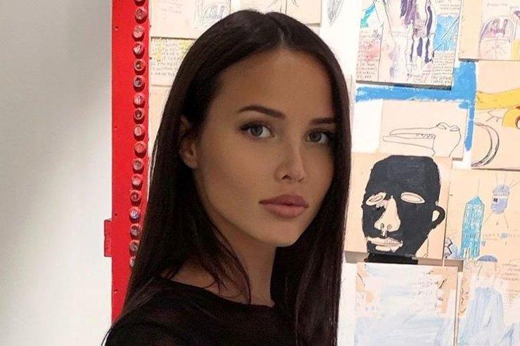 Анастасия Решетова вкороткой куртке показала стильный look длябеременных