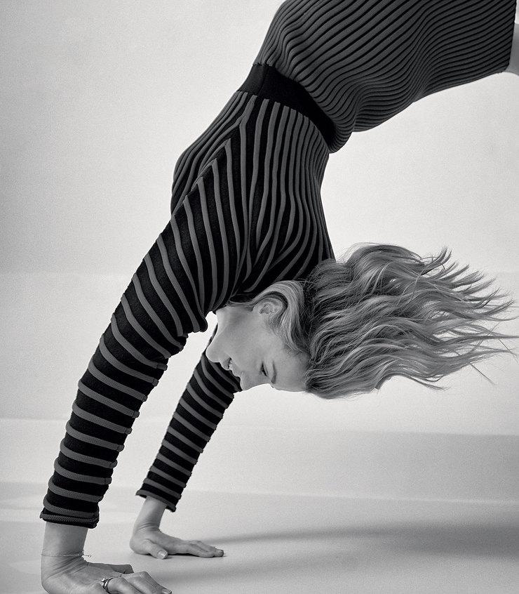 На Юлианне: шерстяное платье икожаные ботинки – все Louis Vuitton