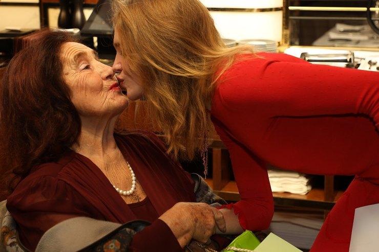Русские вПариже: Наталья Водянова собрала всю семью вчесть 90-летия бабушки