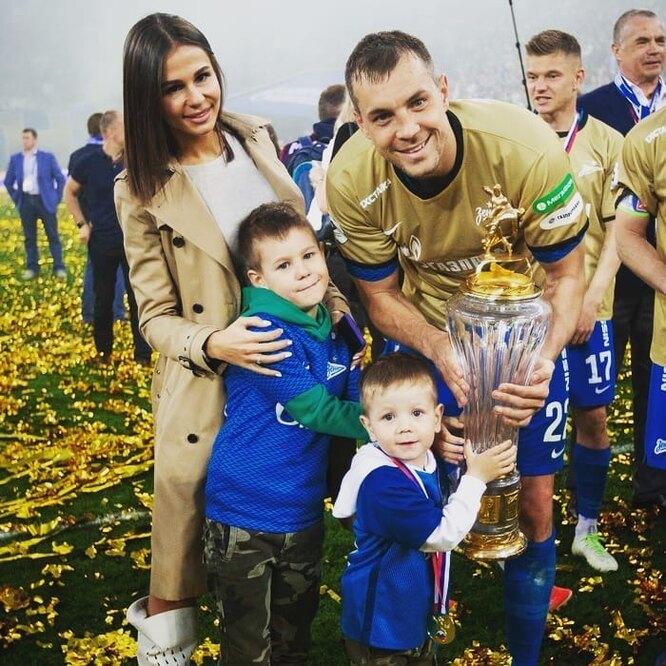 Артём Дзюба и его жена Кристина с детьми