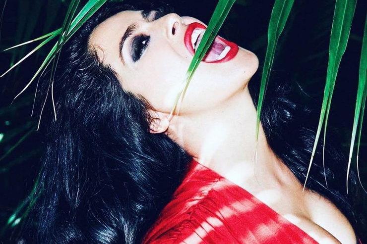 Сальма Хайек вtotal red ипрозрачном корсете примерила образ женщины-вамп