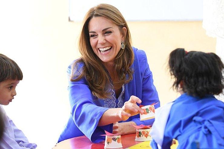 Кейт Миддлтон вплатье сразрезами встретилась спакистанскими детьми