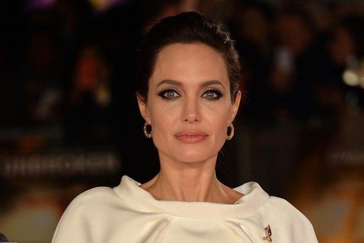 СМИ: Анджелина Джоли пыталась спасти свой брак спомощью мистических татуировок