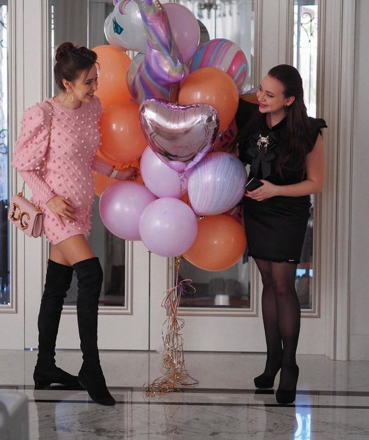 Анастасия Костенко веселится надне рождения уподруги