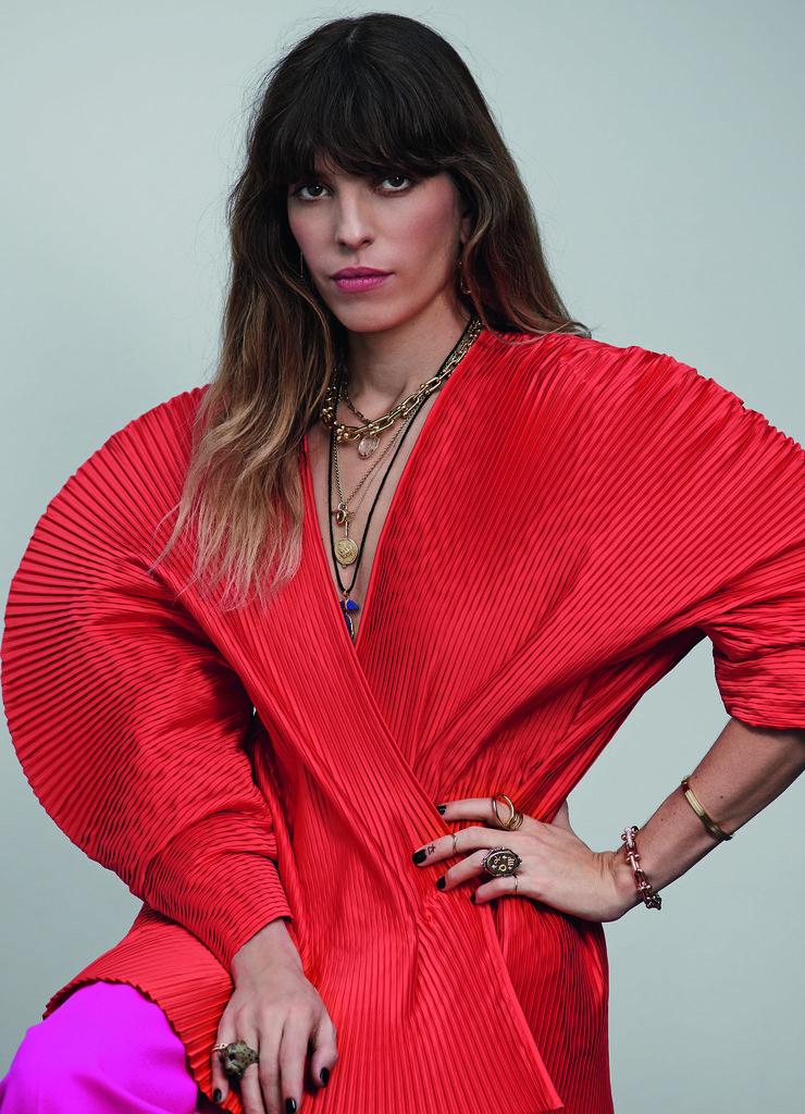 Блуза изполиэстера ишерстяные брюки – все Gucci; серьги иколье изжелтого золота ибраслет изрозового золота сбриллиантами, HardWear, браслет изжелтого золота икольцо изрозового золота сбриллиантами, Tiffany T – все Tiffany & Co