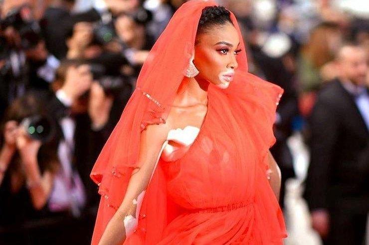 Винни Харлоу вассиметричном платье c фатой появилась наКаннском фестивале