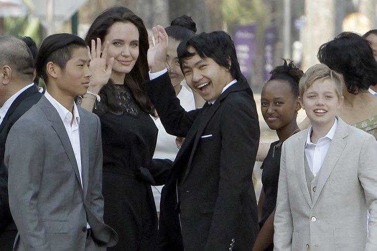 Анджелина Джоли накормила детей тарантулами искорпионами