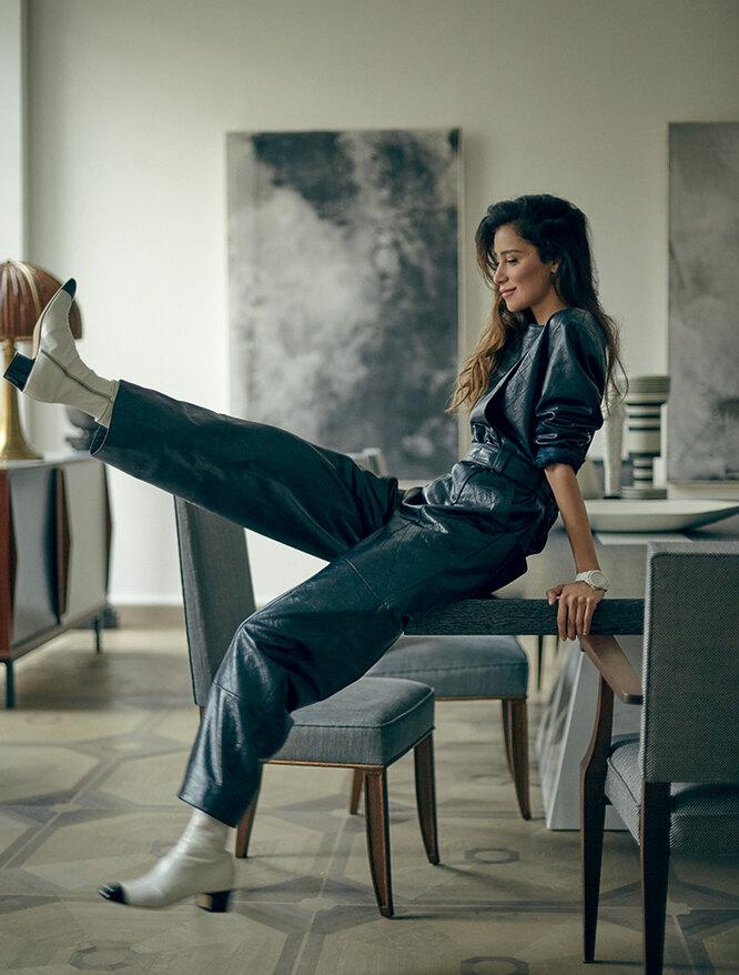 На Равшане: кожаные комбинезон и ботильоны, часы из керамики и стали с бриллиантами, J12 – все Chanel