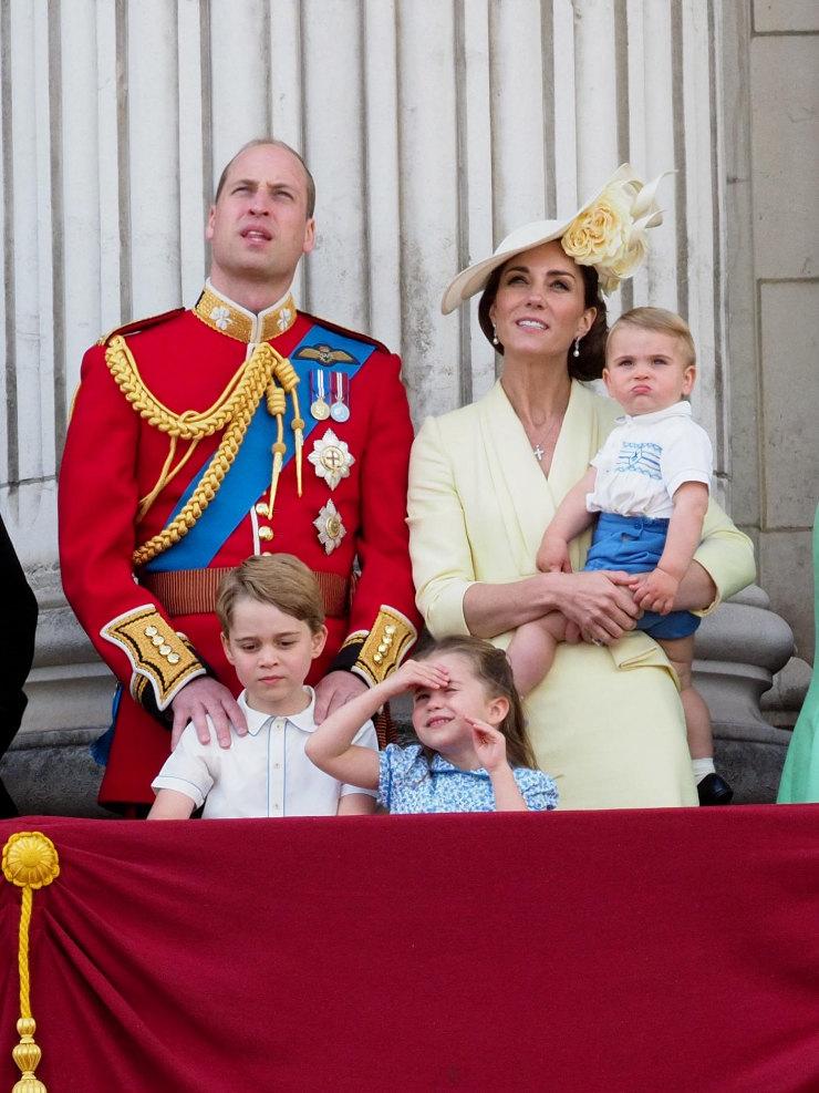 Принц Уильям, Кейт Миддлтон спринцем Луи наруках, принц Джордж ипринцесса Шарлотта