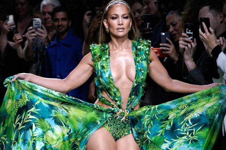 Дженнифер Лопес надела обновленное «тропическое» платье-легенду спустя 19 лет
