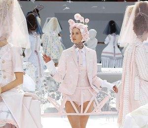 Трусы на обозрение и клумба на голове:самые безумные показы Недели моды в Париже