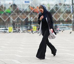Лучше каблуков: клешеные брюки навысокой талии, которые сделают вас высокой