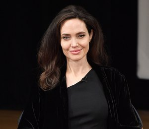 Королева ночи: Анджелина Джоли в черном бархатном кардигане и туфлях-лодочках