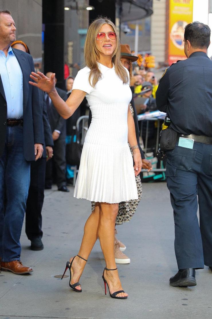 Дженнифер Энистон хвастается стройными ногами