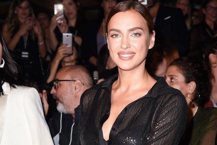 Ирина Шейк вполупрозрачном платье побывала намодном показе