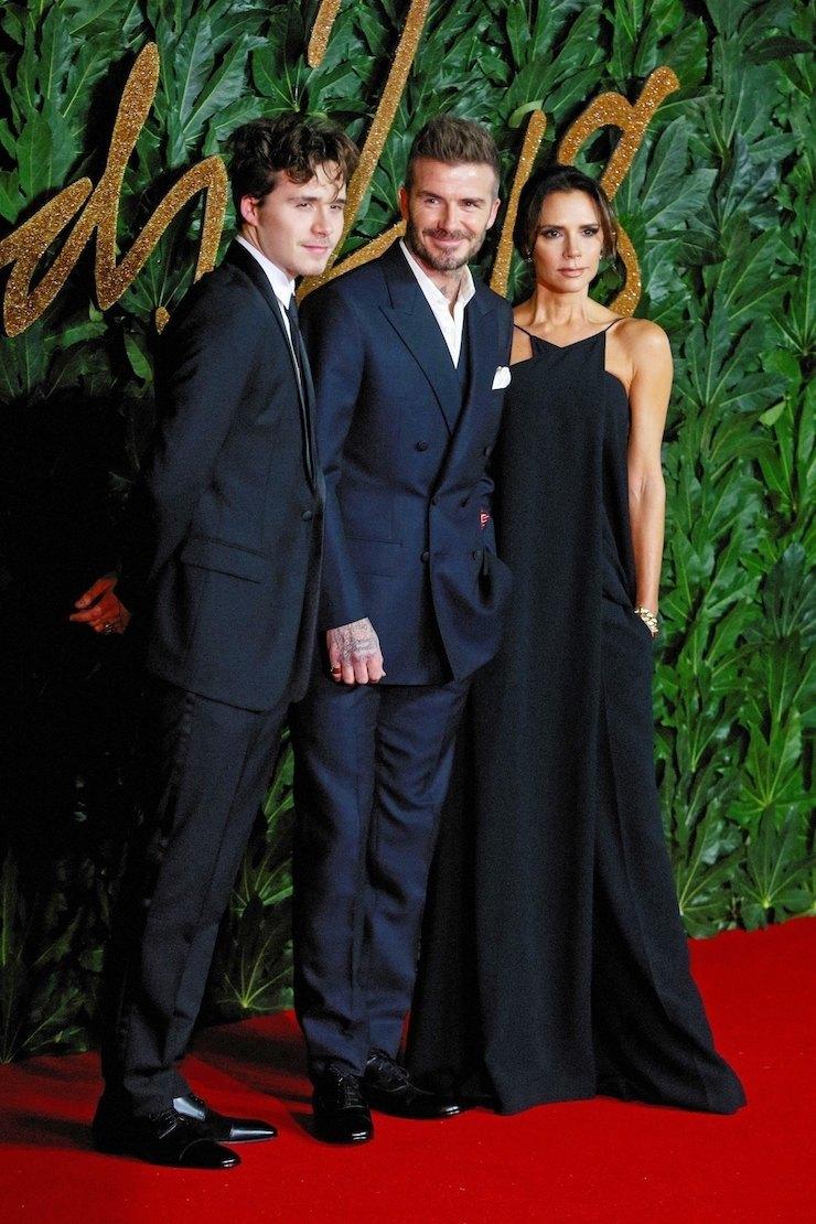 Бруклин Бекхэм сродителями напремии The Fashion Awards 2018
