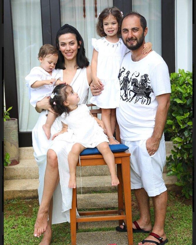 Демис Карабидис с семьей