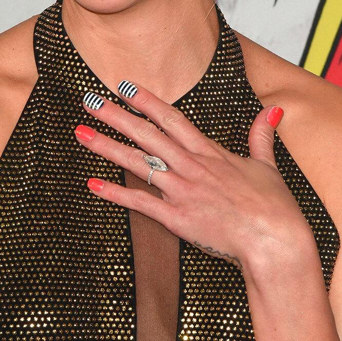 Сочетание однотонных ногтей и полоски позволит сделать маникюр эффектным, но не слишком эпатажным