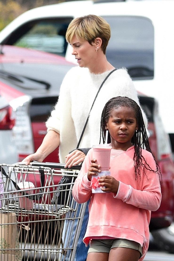 Сын Шарлиз Терон выбрал розовый свитшот дляпохода вмагазин