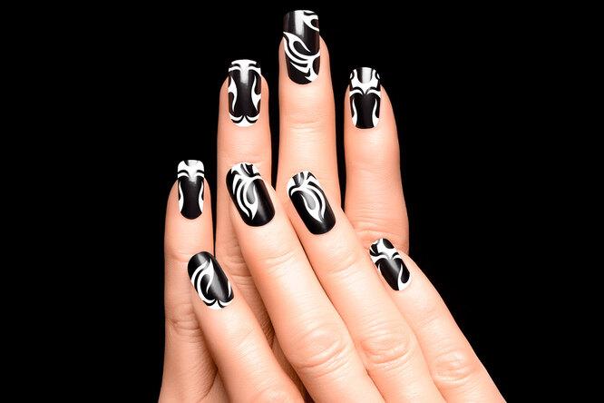 Очень эффектно выглядит чёрно-белая абстракция на ногтях