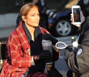 Находка сезона: Дженнифер Лопес показывает, как носить пальто плед