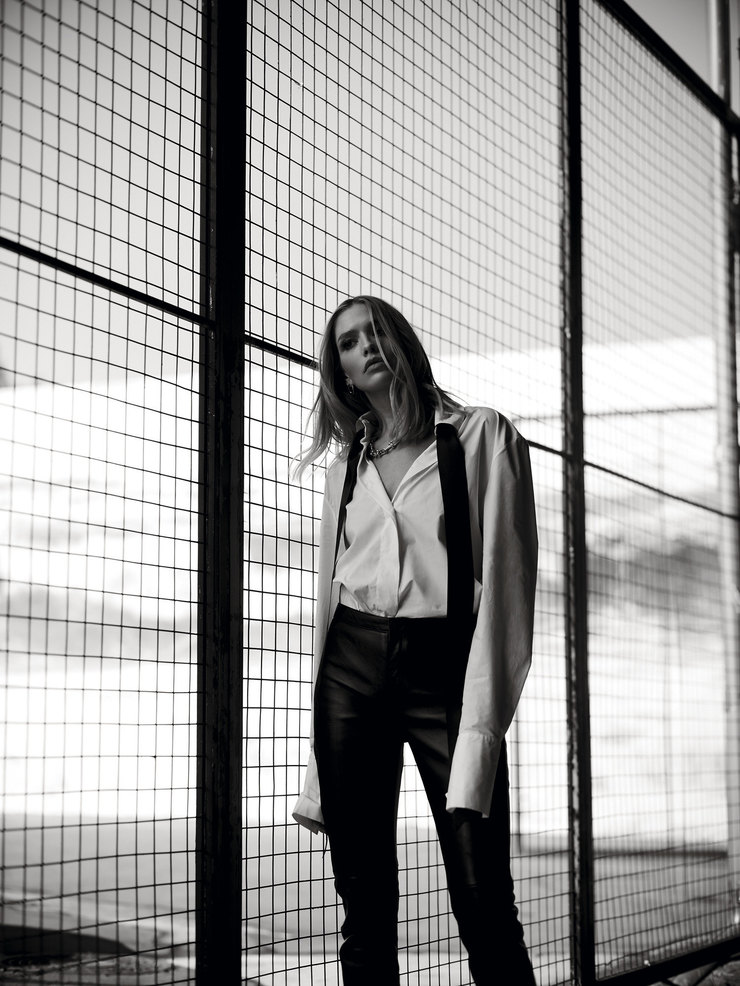 На Елене: хлопковая рубашка, Alexandre Vauthier; кожаные брюки, Celine; украшения – собственность героини