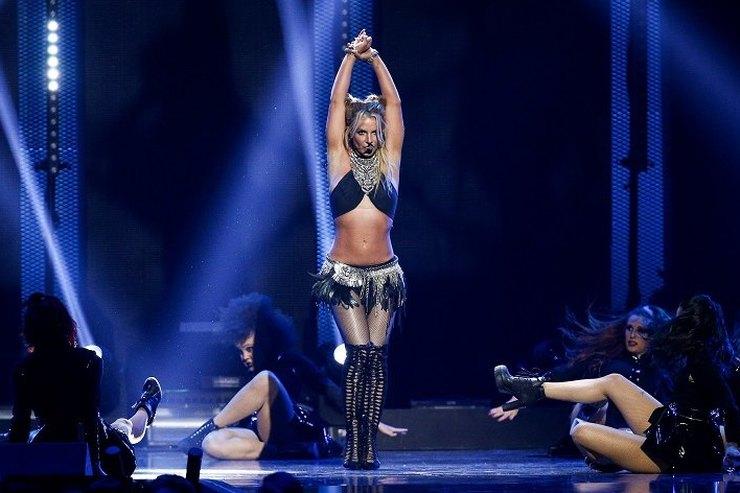 Костюмера намыло: Бритни Спирс обнажила грудь во время выступления насцене