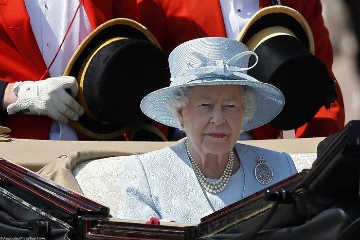 Елизавета II заменила принца Филиппа адъютантом изГаны