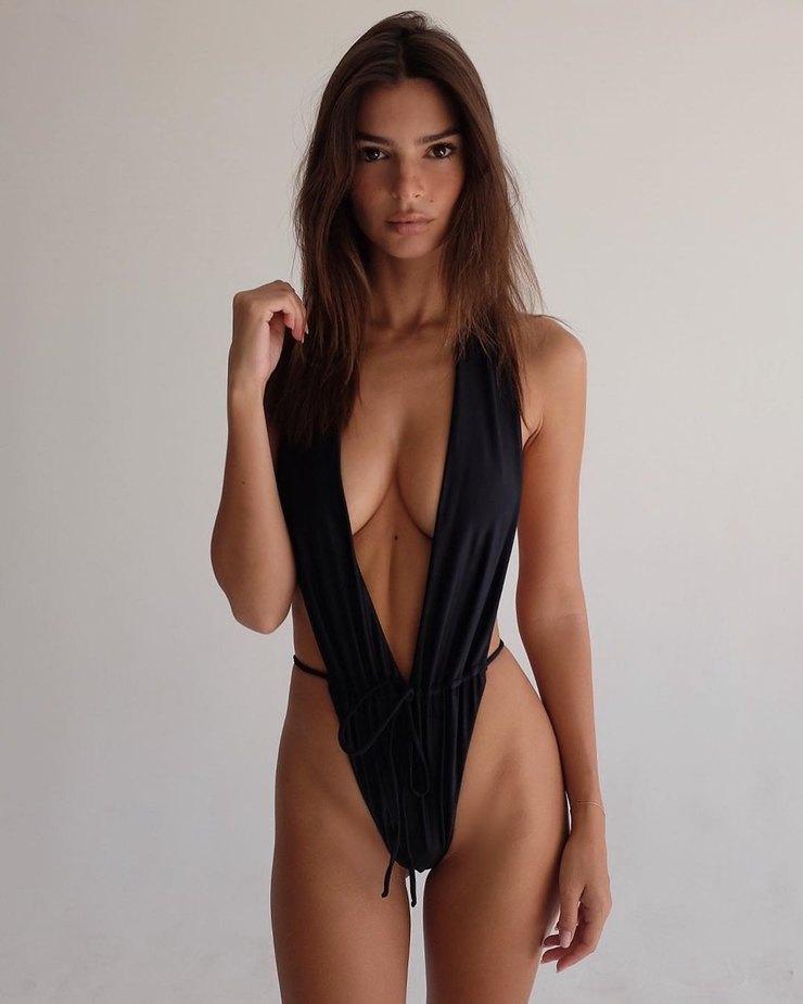 Эмили Ратаковски вдерзком купальнике