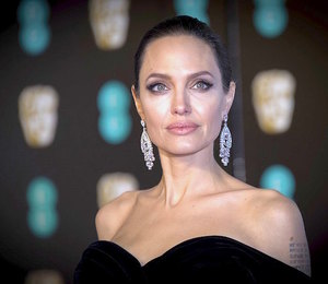 Анджелина Джоли встречается с агентом по недвижимости, который старше её