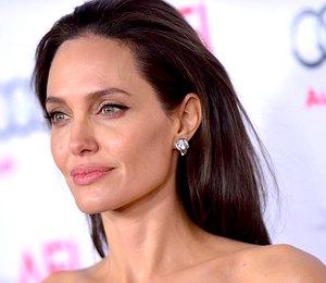 Комфорт и красота: разбираем, с чем носить сандалии как у Анджелины Джоли